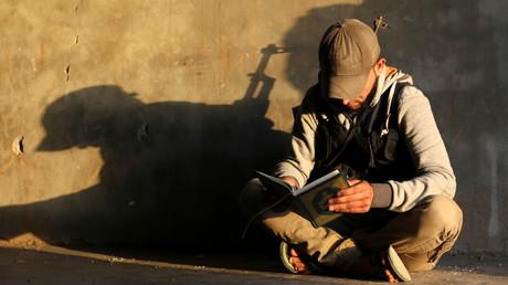 Erin Kämpfer der so genannten Freien Syrischen Armee liest den Koran, Daraa, Syrien, Mai 2017.
