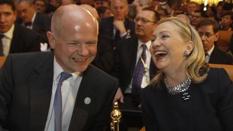 Die amerikanische Außenministerin Hillary Clinton und ihr britischer Kollege William Hague freuen sich über das erste Treffen der