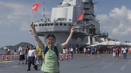 Ein Anwohner posiert auf Deck anlässlich der Feierlichkeiten zum Stapellauf von Chinas erstem Flugzeugträger.