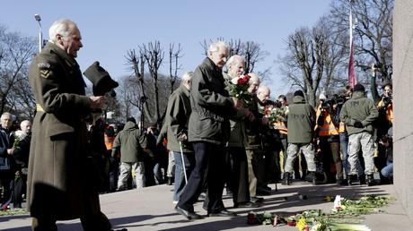 Letten legen in der jährlichen Prozession zum Gedenken an die lettische Waffen-SS Blumen am Freiheitsdenkmal ab.