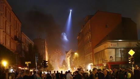 Ein Polizei-Hubschrauber beleuchtet Straßenzüge während G20-Protestler Feuer auf der Hamburger Schanze legen, 7. Juli 2017.