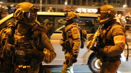 Mit Maschinengewehren im Anschlag räumte ein Spezialeinsatzkommando ein Haus im Schanzenviertel, aus dem heraus es zu Gewalttaten gegen die Polizei gekommen war.