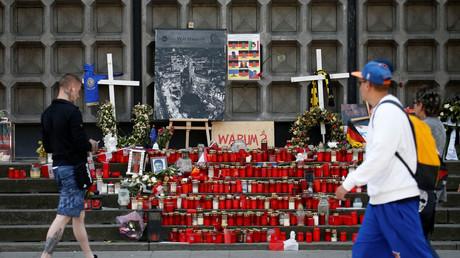Blumen und Kerzen am Breitscheidplatz zum Kirchentag am 23. Mai