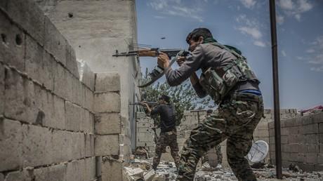 Mit Unterstützung der USA konnten kurdische Kämpfer in die Stadt Rakka eindringen. Die Rolle des US-Militärs bleibt dabei unklar.