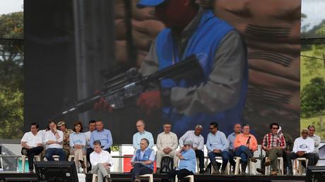FARC-Rebellenführer Rodrigo Londono (R), der kolumbianische Präsident Juan Manuel Santos (L) and der UN-Sondergesandte für Kolumbien Jean Arnault (M) bei einem Feierakt zur Waffenabgabe der FARC in Mesetas, Kolumbien: 27. Juni 2017