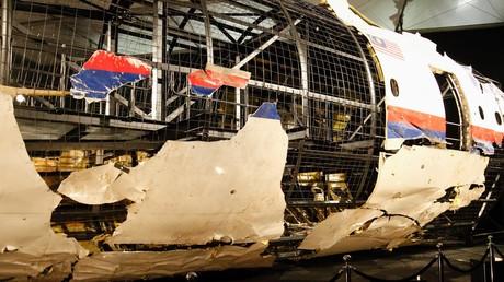 Zu Untersuchungszwecken wurden die vorhandenen Überreste von Flug MH17 in einem Hangar in den Niederlanden an ein Gerüst montiert.
