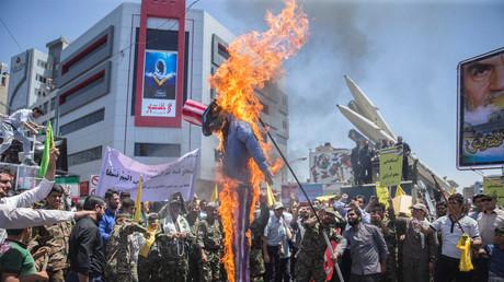 Anlässlich des Al-Quds-Tages vor einem Monat verbrennen Einwohner Teherans  eine