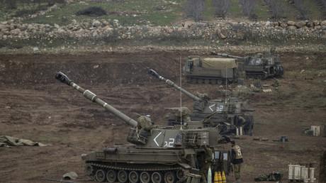 An der Grenze zu Syrien hat Israel in dem von ihm kontrollierten Teil der Golanhöhen mobile Artillerie aufgefahren. Wiederholt nahm die israelische Armee in der Vergangenheit von dort aus Stellungen der syrischen Armee unter Beschuss, in denen man Aktivitäten der Hisbollah vermutete.