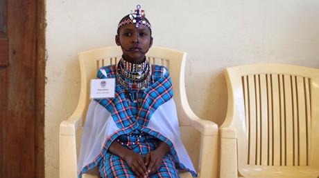 Ein Mädchen, das der Volksgruppe der Massai angehört, wartet in einer kenianischen Schule auf den Beginn einer Aufklärungsveranstaltung, die sich gegen Genitalbeschneidungen richtet. In Kenia sind rund 60 Prozent der Frauen von verschiedenen Formen dieser Verstümmelungspraxis betroffen.