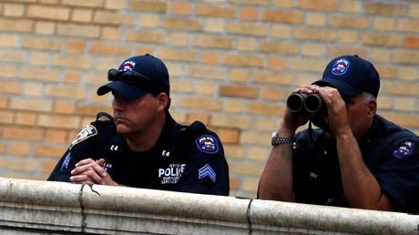 Auf der Ausschau nach Verdächtigen: In vielen Bundestaaten darf die Polizei das Vermögen von verdächtigen Personen dauerhaft beschlagnahmen und anschließend behalten.