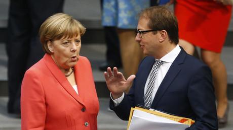 Bundeskanzlerin Angela Merkel (CDU) und Verkehrsminister Alexander Dobrindt (CSU) im Bundestag