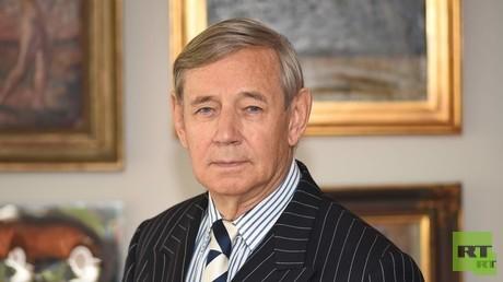 Der Botschafter Frank Elbe blickt auf eine lange Karriere als Diplomat zurück: Von Polen bis in die Schweiz war er in zahlreichen Ländern stationiert. Gemeinsam mit Hans-Dietrich Genscher war er an den Zwei-plus-Vier-Verhandlungen über die Deutsche Einheit beteiligt.