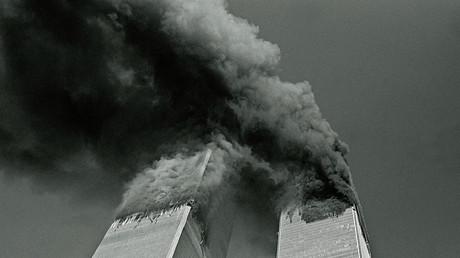 Die Twin Towers des New Yorker World Trade Centers während der Anschläge am 11. September 2011