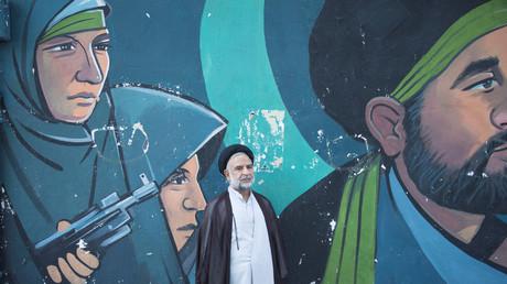 Ein iranischer Geistlich wartet auf den Demonstrationszug während des diesjährigen Al-Quds-Tages in Teheran.