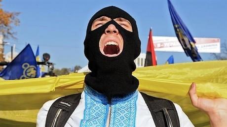 Der Teilnehmer eines nationalistischen Marsches zu den Ehren der Ukrainischen Aufstandsarmee unter der Führung von Roman Schuchewitsch im Oktober 2014.