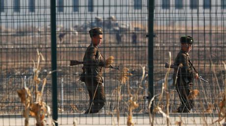 Nordkoreanische Soldaten hinter einem Grenzzaun der nordkoreanischen Stadt Sinuiju, 31. März 2017.
