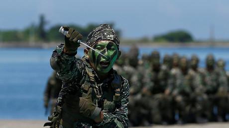 Ein Marine-Soldat der Taiwanesischen Armee präsentiert seine Kampfkunstfähigkeiten auf dem Stützpunkt in Kaohsiung, Taiwan 13. Juli, 2017