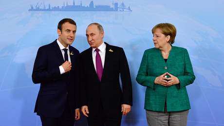 Die Präsidenten Russlands und Frankreichs Wladimir Putin und Emmanuel Macron mit der deutschen Bundeskanzlerin Angela Merkel beim G20 Gipfel in Hamburg am 7. Juli 2017.