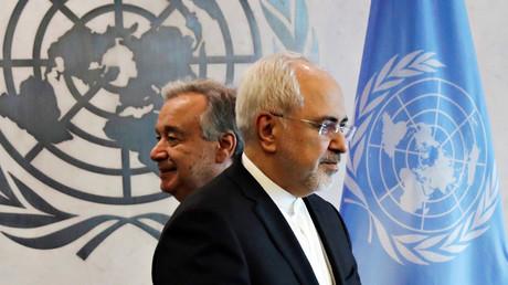 Der iranische Außenminister Mohammad J.Zarif passiert den UN-Generalsekretär Antonio Guterres beim Hauptsitz der UN in New York, USA, 17. Juli 2017.