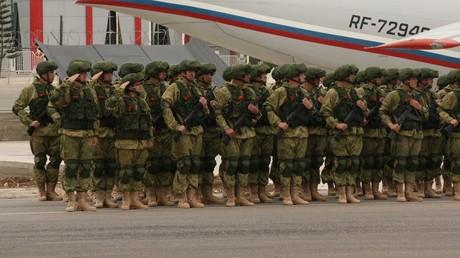 Russische Soldaten auf dem Militärflugplatz Hmeimim in der syrischen Provinz Latakia. Erstmals sollen russische Soldaten die Einhaltung der Feuerpause in zwei Deeskalationszonen vor Ort überwachen.