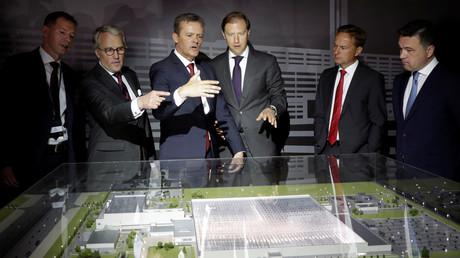 Vertreter von Mercedes Benz und der russischen Politik bei der Grundsteinlegung für das Mercedes-Werk, Russland, 20. Juni 2017.