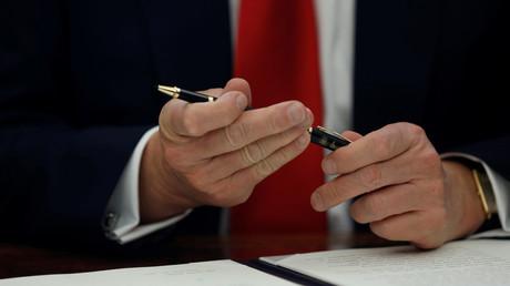 Trump bei der Unterzeichnung einer Verfügung des Präsidenten im Oval Office des Weißen Hauses, Washington, USA, 24. Februar 2017.