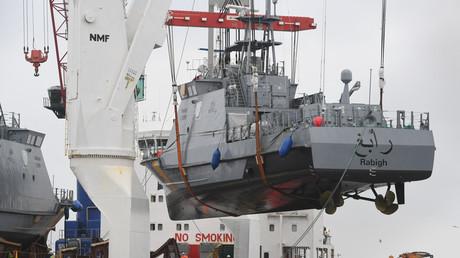 Ein Küstenschutzboot für Saudi-Arabien wird auf ein Transportschiff im Hafen von Mukran, Sassnitz, beladen. Die Luerssen-Gruppe aus Bremen, zu der die Wolgaster Schifffahrtsgesellschaft gehört, erhielt den Auftrag für eine Flotte von Patrouillenbooten im Wert von über 1 Milliarde.