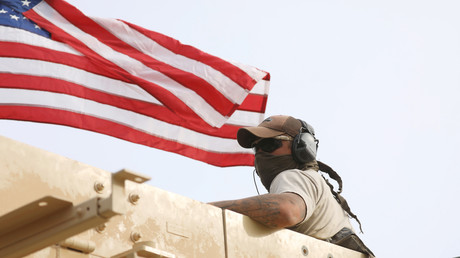 Während die USA immer mehr eigene Soldaten nach Syrien entsenden,  kommt es zum Bruch mit einst verbündeten Rebellengruppen. Das Bild zeigt einen US-Soldaten im nordsyrischen Al-Darbasiyah.