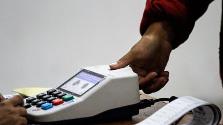 Der Wahlberechtigte lässt sich per Fingerabdruck in einem Wahllokal in Caracas am 30. Juli 2017 identifizieren.