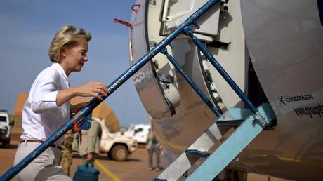 Verteidigungsministerin Ursula von der Leyen auf ihrem Weg nach Camp Castor in Mali