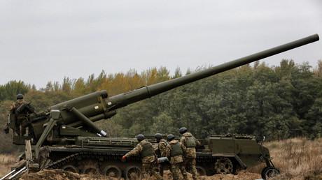 Noch kämpfen ukrainische Soldaten vor allem mit Waffen aus sowjetischer Produktion. Das Bild zeigt eine Übung mit der 2S7,  dem weltweit schwersten konventionellen Artilleriegeschütz.