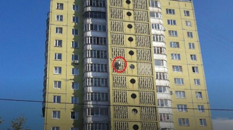 Spider-Man à la russe: Mann klettert Wand eines 17-stöckigen Hauses ohne Sicherung herunter [VIDEO]