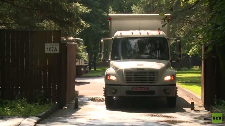 Moskaus Reaktion auf Sanktionen: Fahrzeuge verlassen Datschas der US-Botschaft in Moskauer Gebiet