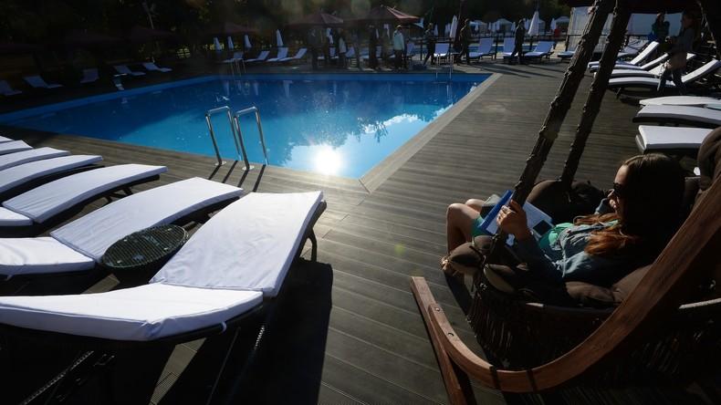 Lauf um deine Liegen: Ungeduldige Urlauber erstürmen freie Sonnenbänke auf den Kanaren [VIDEO]