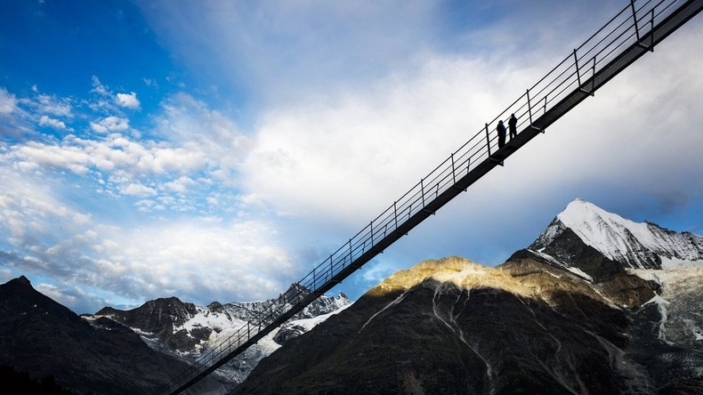 Weltweit längste Hängebrücke in der Schweiz eröffnet – Fast 500 Meter [FOTOS UND VIDEOS]