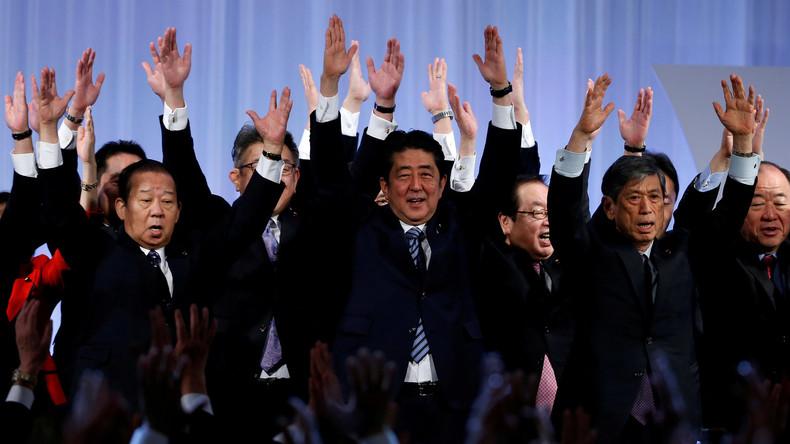 Japans Premier Abe bildet wegen fallender Zustimmung Kabinett um
