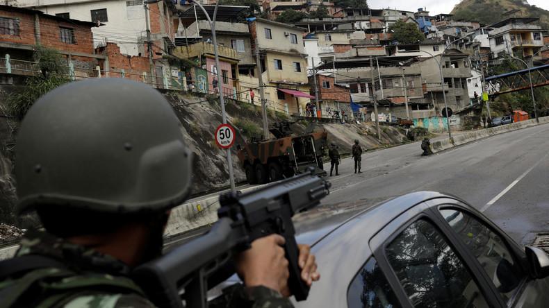 Militär besetzt Armenviertel in Rio de Janeiro: Tote und Festnahmen