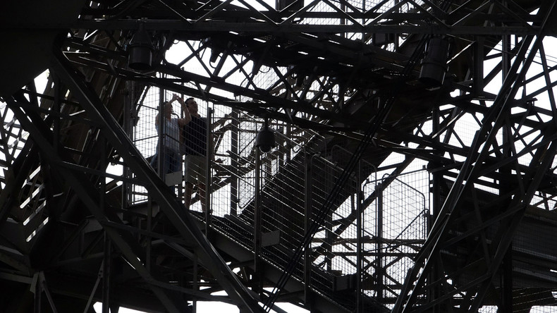 Paris: Mann mit Stichwaffe am Eiffelturm