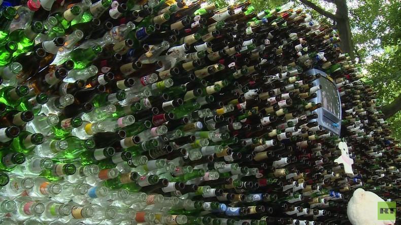 Berlin: Mann errichtet Mauer – aus Pfandflaschen