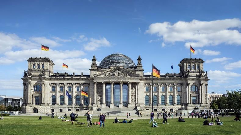 Chinesische Touristen posieren mit Hitlergruß vor dem Reichstag und werden festgenommen