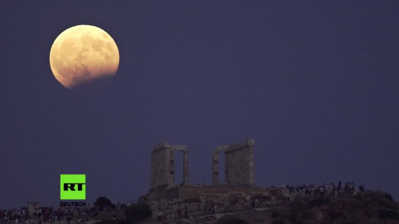 Griechenland: Nachtschwärmer genießen Anblick partieller Mondfinsternis über dem Tempel des Poseidon