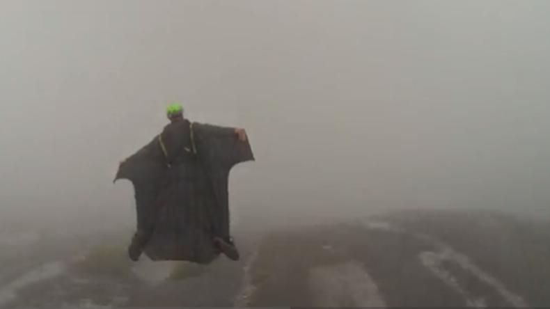 Adrenalin-Junkie fliegt mit Flügelanzug mit 300 km/h durch Wasserfall [VIDEO]