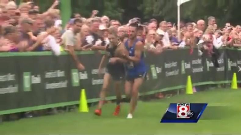 Große Geste oder große Dummheit: Sportler verhilft Gegenpart zum Sieg [VIDEO]