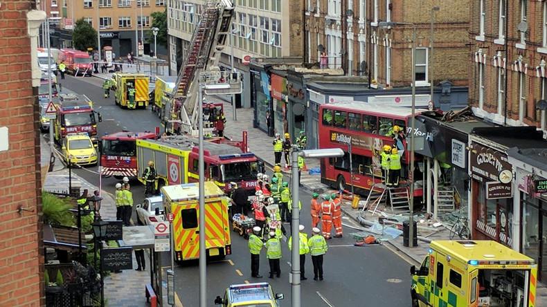 London: Doppeldeckerbus prallt gegen Gebäude - zahlreiche Fahrgäste verletzt