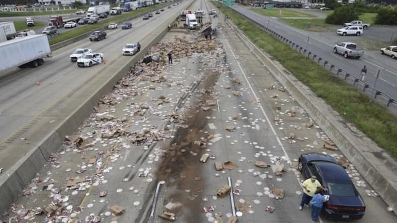 Es ist keine Lieferung – es ist eine Katastrophe: LKW mit Pizza kippt um [VIDEO, FOTOS]