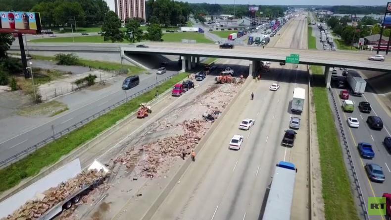Verkehrschaos der anderen Art: Randvoll mit Pizzen beladener LKW kippt in den USA um