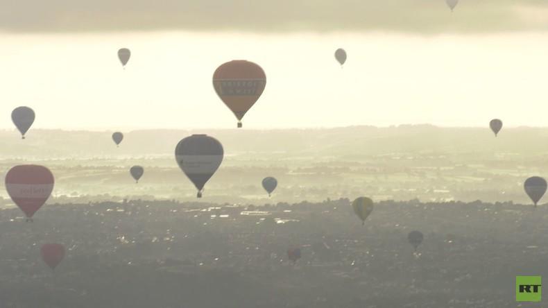 England: Dutzende bunte Heißluftballons bei der Bristol International Balloon Fiesta