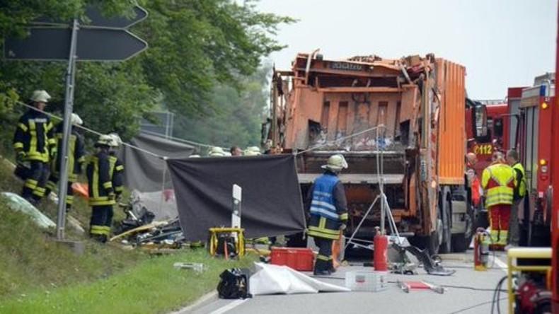 Müllwagen kippt um und tötet fünf Menschen in Auto