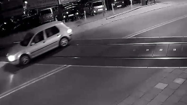 Pures Glück: Auto um ein Haar auf Bahnübergang von Zug erfasst [VIDEO]