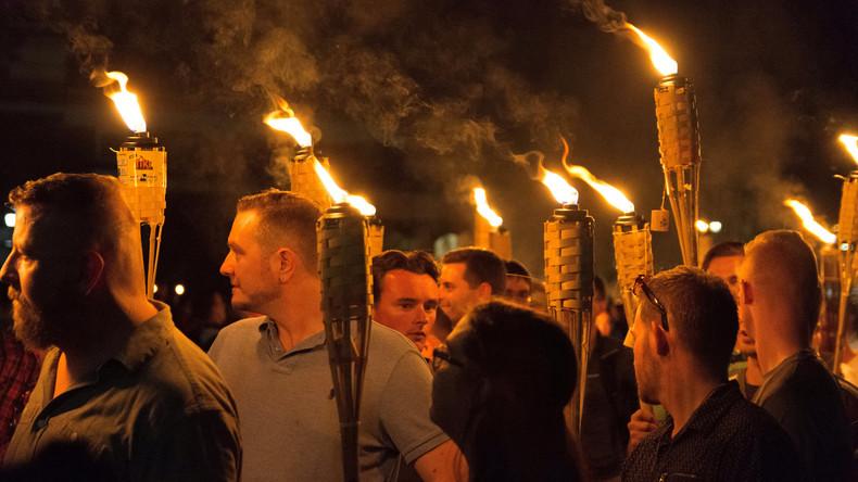 Weiße Rassisten halten Fackelzug an der Universität von Virginia ab